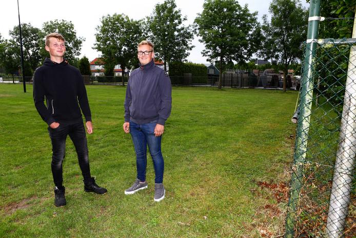 Kevin Smits (links) en Sam Koenheim op de toekomstige hangplek in Lexmond