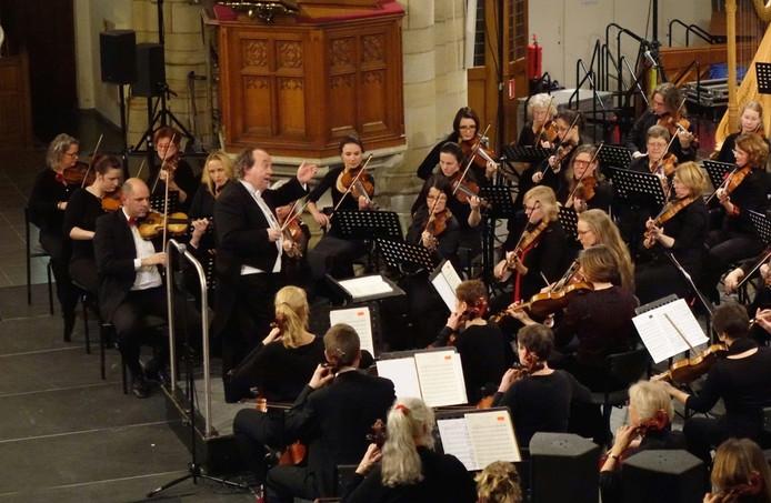 Dirigent Ivan Meylemans leidt de strijkers van Het Zeeuws Orkest.