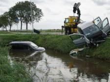 Auto in sloot na aanrijding Staphorst