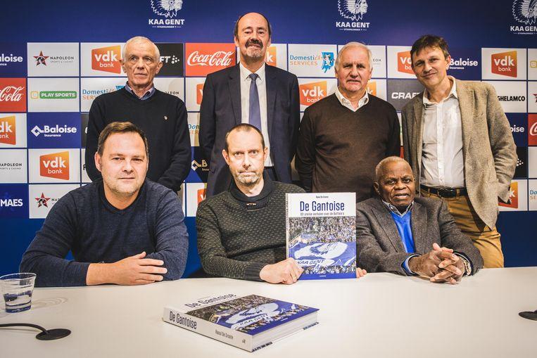 Auteur Raoul De Groote samen met enkele clubmonumenten die in het boek aan bod komen: Gunther Schepens, Gilbert De Groote, Patrick Lips, Willy Quipor en Léon Mokuna.