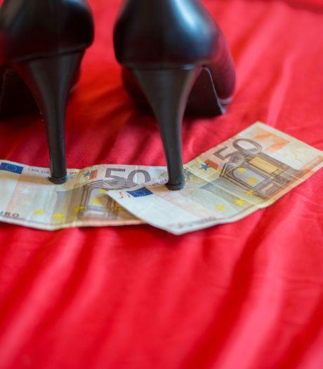Bestolen klanten leven zich met knuppel uit op de auto van prostituee