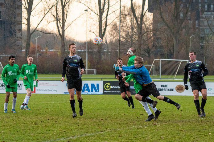 De gemaskerde PCP-speler Mateusz Sleziak komt in botsing met zijn eigen keeper Sander de Groot.