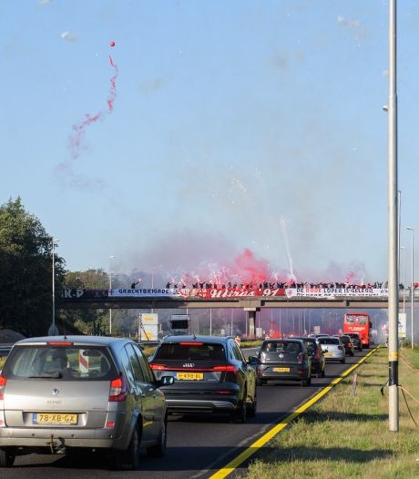 FC Twente op viaducten met vuurwerk uitgezwaaid richting Rotterdam