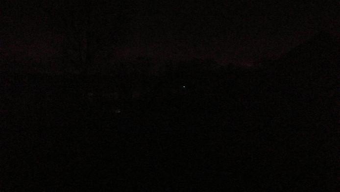 Tijdens de stroomstoring was enkel een klein lichtje in een woning in Vught zichtbaar.