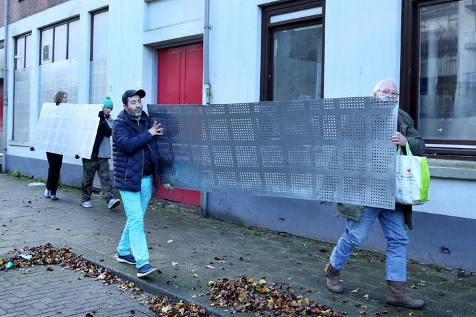 Actievoerders breken dichtgetimmerde woningen weer open.