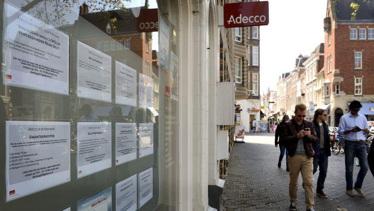 Vacatures voor het raam van uitzendbureau Adecco. Beeld anp