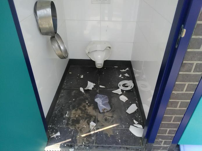 Een kapot geslagen toiletpot in een van de twee nieuwe toiletgebouwen op de Berendonck.