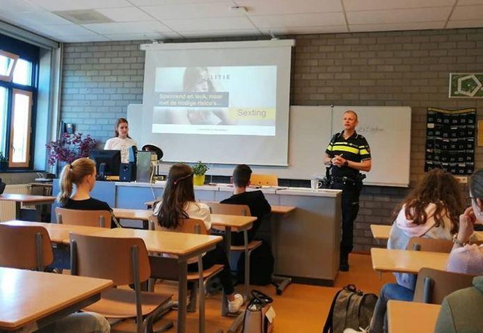 De jeugdagent van Altena gaf een les op het Willem van Oranje College in Wijk en Aalburg.