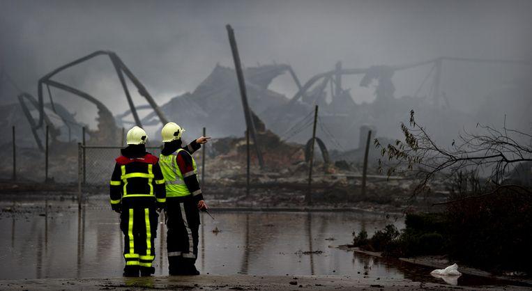 Brandweerlieden bekijken de schade van de brand bij chemiebedrijf Chemie-Pack in Moerdijk in 2011. Beeld anp