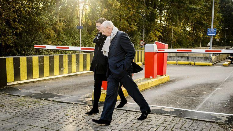 Ex-topman van woningcorporatie Rochdale, Hubert Mollenkamp, verlaat samen met zijn advocaat Petra van Kampen, de rechtbank van Amsterdam. Beeld anp
