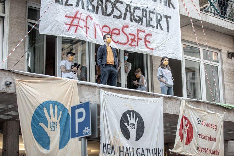 Demonstrerende dichters bij de universiteit voor Theater- en Filmkunst (SZFE) in Boedapest. Het instituut is bezet door studenten, die de nieuwe bestuurders de toegang weigeren. Beeld Akos Stiller