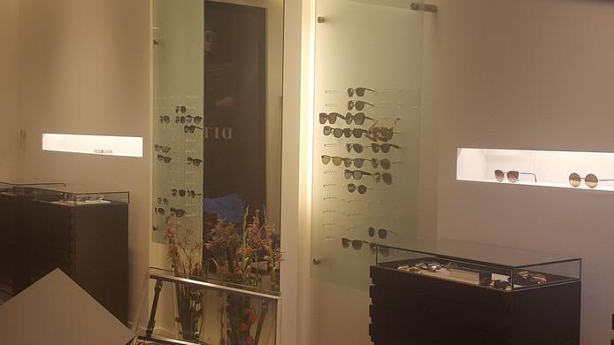 Uit de zaak zijn veel zonnebrillen verdwenen.
