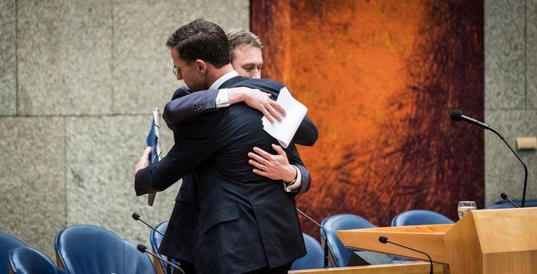Zijlstra en Rutte geven elkaar een knuffel Beeld ANP