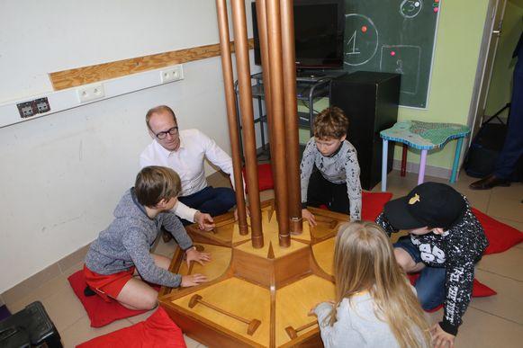 De minister maakte samen met de kinderen gepaste muziek voor de eerder voorgelezen tekst