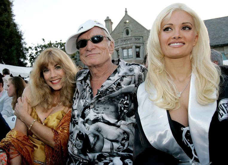 In 2005 koos Barbi Benton voor een lichtere haartint. De blondine naast Hefner is zijn toenmalige partner, Holly Madison.