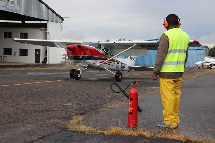 De C-182 in Madagaskar klaar om op te stijgen om de corona-testkits naar uithoeken van het land te brengen.