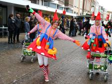 Carnaval vierende Blieken hossen door straten ondanks regen en wind