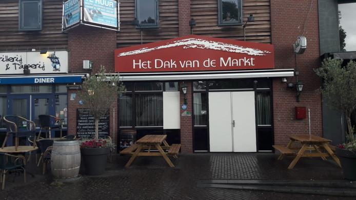 Café Het Dak van de Markt op de Veenendaalse Markt is in de nacht van zondag op maandag beschoten.