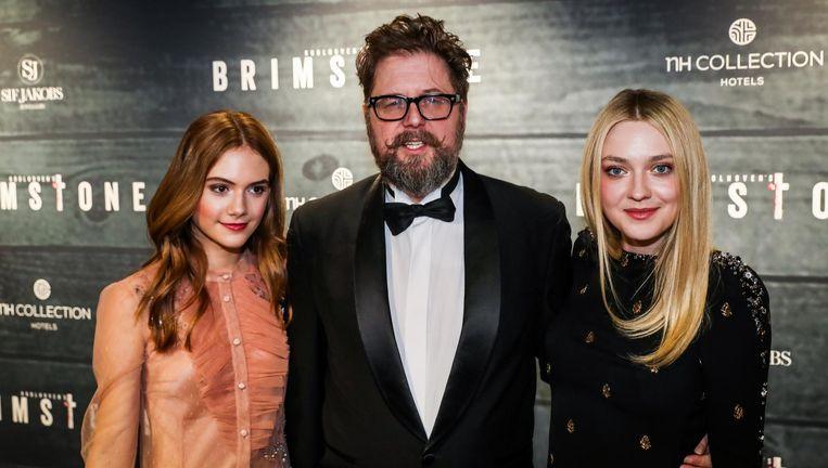 Martin Koolhoven (m) met Dakota Fanning (r) en Emilia Jones op de rode loper tijdens de premiere van Brimstone. Beeld anp