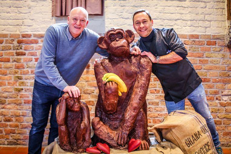 Pol Depla en Stephan Dumon werken aan twee chocolade-apen.