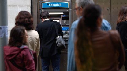 Spaanse regering wil Catalaans parlement ontbinden: burgers halen uit protest massaal geld van rekening
