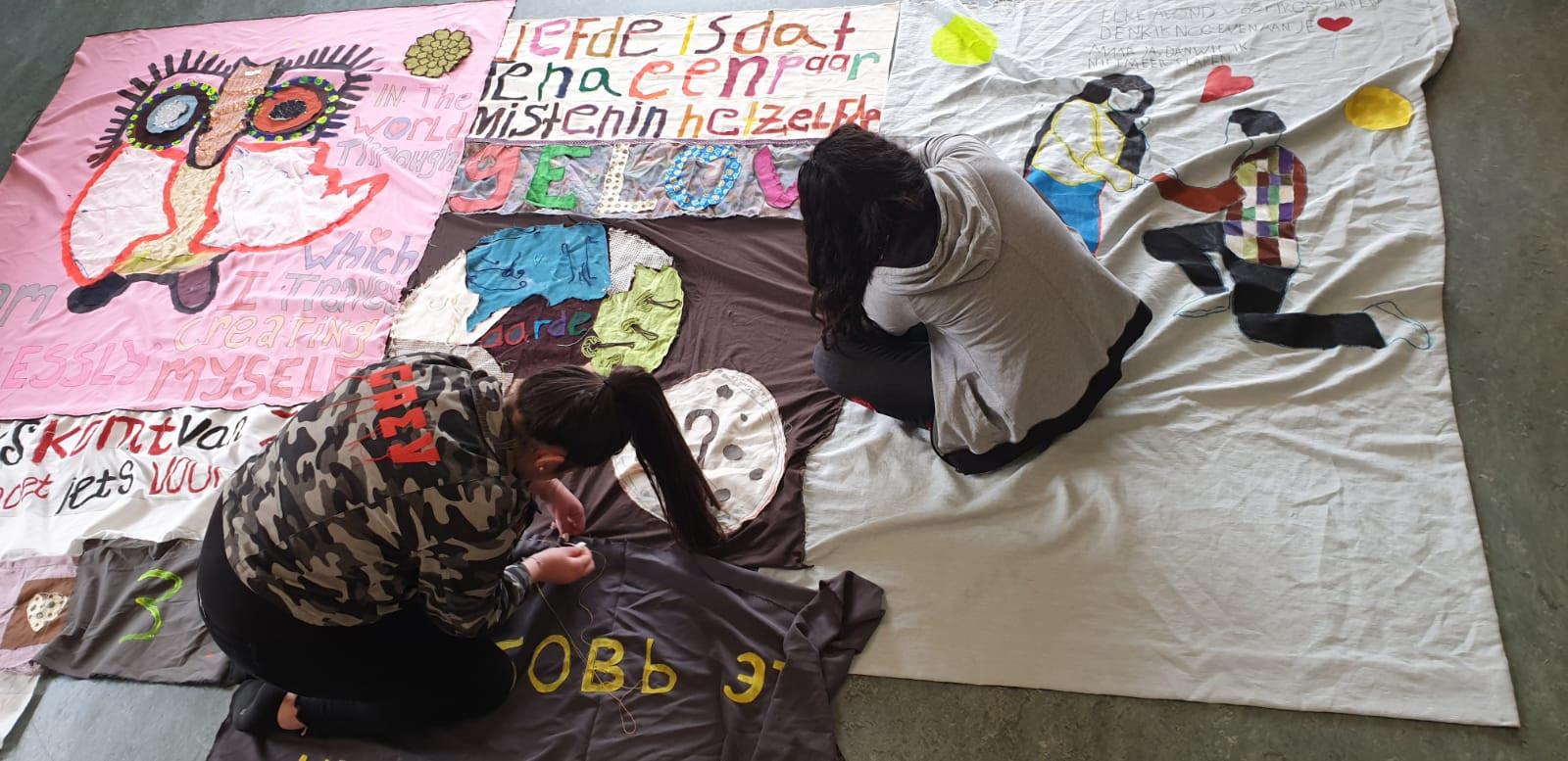 Leerlingen van de Internationale Schakelklas in Winterswijk druk bezig met het versieren van de doeken voor Wereld Vluchtelingendag in Winterswijk, eerder dit jaar.