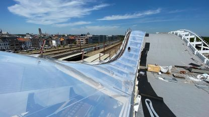 Aannemer legt bijzonder dak op station: Sloop lokettenzaal pas voor volgend jaar