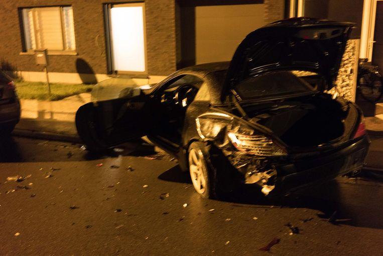 De Mercedes kwam na het ongeval in de voortuin van de buren terecht.