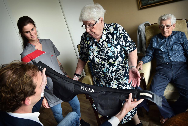 Een echtpaar krijgt de Wolk gedemonstreerd, een airbag voor ouderen die een heupbreuk bij een val moet voorkomen. Beeld Hollandse Hoogte / Marcel van den Bergh