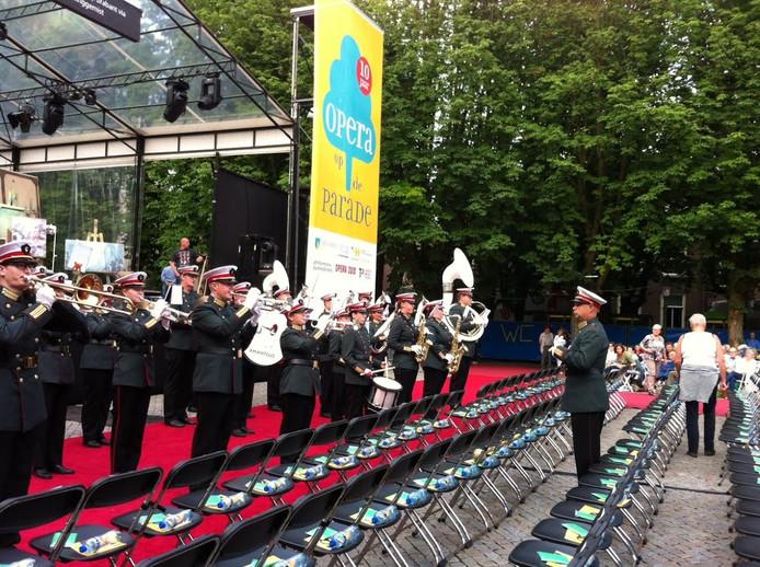 De acts bereiden zich voor op hun optreden op de Opera op de Parade in Den Bosch.