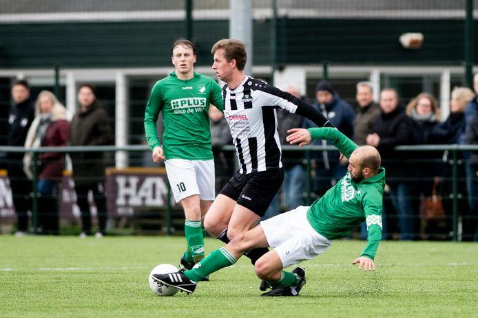 WWNA, hier in de persoon van Axel Hulzebos afgelopen seizoen in actie tegen Groen Wit'62, debuteert zondag in de derde klasse met een derby tegen Robur et Velocitas.