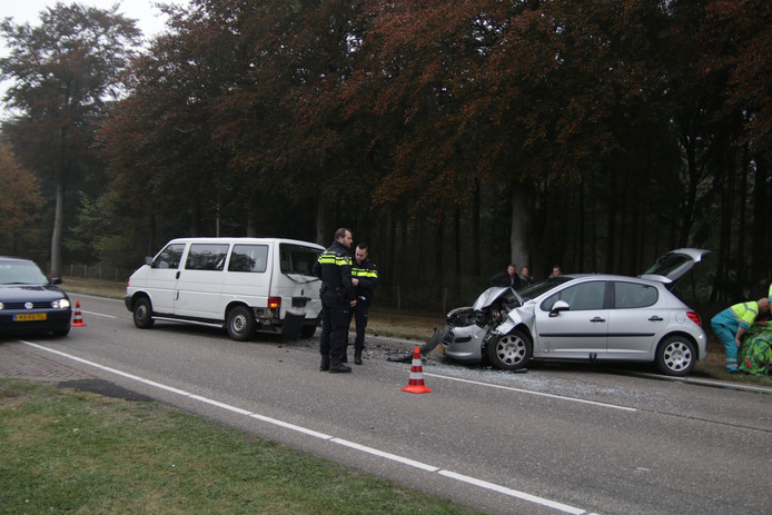 Beide voertuigen raakten flink beschadigd bij het ongeluk.