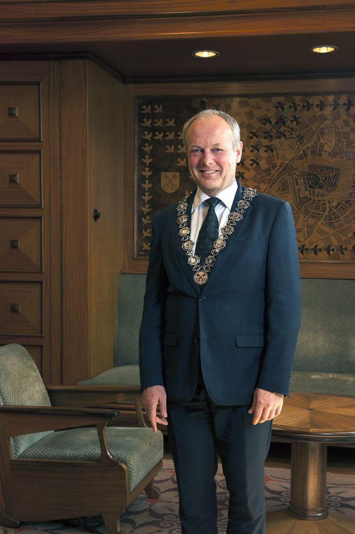 Burgemeester Henri Lenferink met keten in zijn werkkamer.