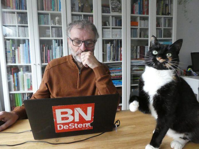 Verslaggever Wim van den Broek is sinds de coronatijd thuiswerkend. Poes Napoleon op tafel probeert haar baasje af te leiden.