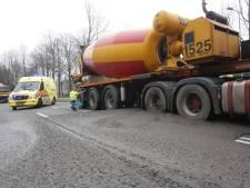 Cementwagen komt niet meer van zijn plek omdat hij vast staat in zijn eigen cement