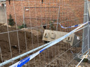 Het slachtoffer kwam met z'n hand onder een betonblok van zo'n 1.300 kilo terecht.