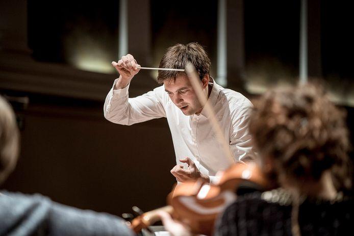 Dirigent Karel Deseure aan het werk bij Philharmonie Zuidnederland