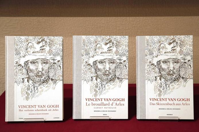 Exemplaren van het nieuwe boek over Vincent van Gogh. foto anp