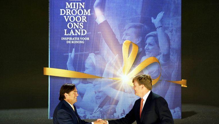 Hans Weijers (links), voorzitter van het Nationaal Comité Inhuldiging, overhandigde begin september het eerste exemplaar van het Droomboek aan koning Willem-Alexander op Paleis Het Loo. Beeld anp
