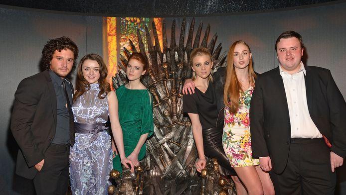 Kit Harington (helemaal links) en Rose Leslie (in het groen), samen met andere acteurs uit Game of Thrones.