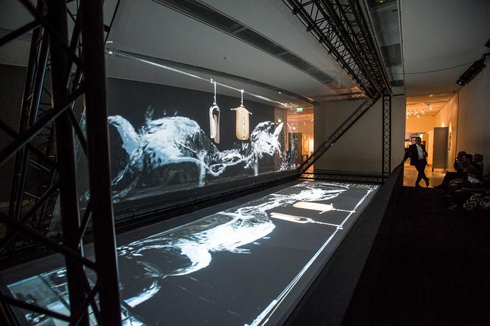 In de middelste benedenzaal is een grote installatie te zijn van de Vlaamse kunstenaar Frederik Heyman.
