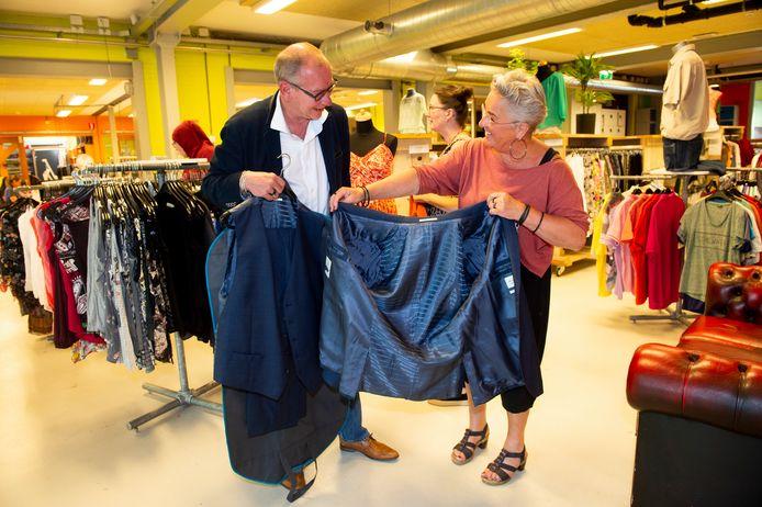 Formaat circustent, vindt hij zelf. Nu hij echt verzuipt in z'n pak, is het tijd om dat naar de kledingbank te brengen, vindt wethouder Detlev Cziesso.  Geeske Mulderij van Mode & Co is er blij mee.