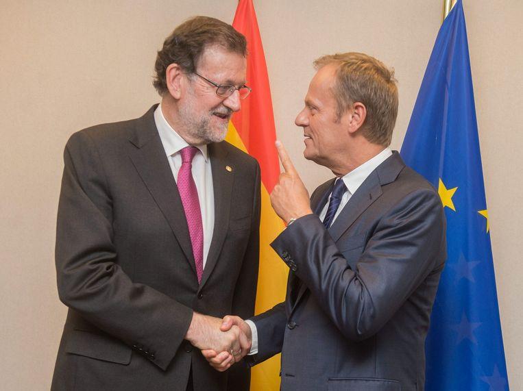 President van de Europese Raad Donald Tusk (r) met de Spaanse premier Mariano Rajoy. Beeld epa