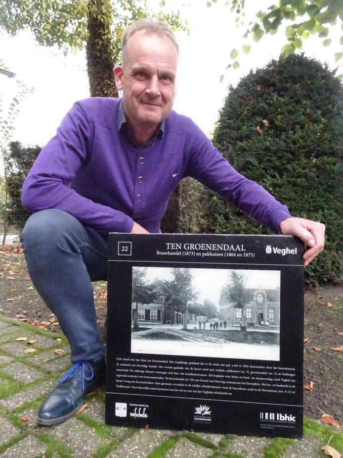 Steven Woudstra met een van zijn attentiestenen in Schijndel.
