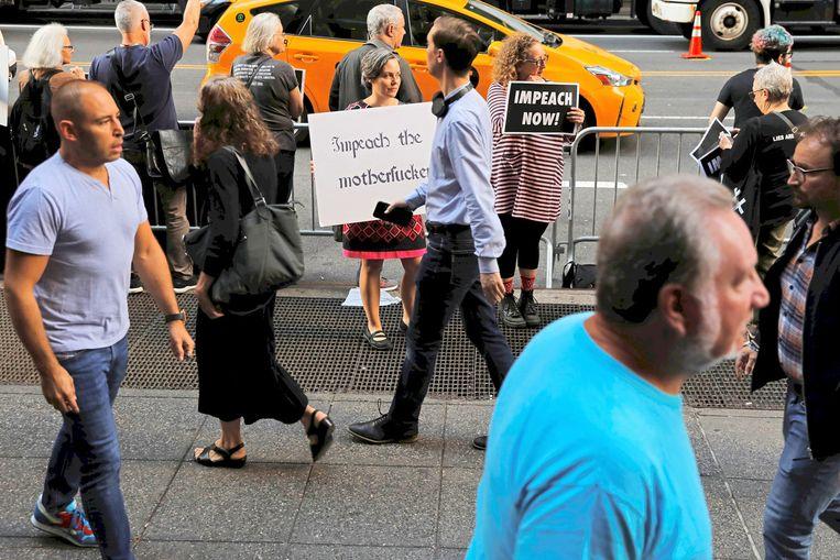 In New York, de thuisstad van Donald Trump, maken demonstranten met kracht duidelijk dat de president hun niet snel genoeg uit zijn ambt kan worden gezet. Beeld Reuters