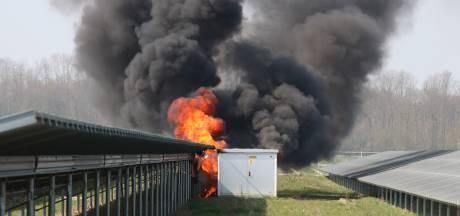 Transformatorhuisje met driehonderd liter giftige olie brandt af bij zonnepark Emmeloord