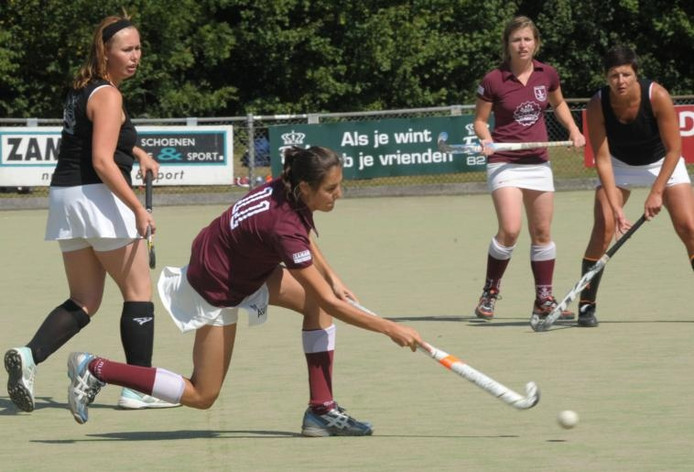 Archief: Stephanie van Haperen van Rapide schiet op het doel in de finale tegen oud-speelsters. foto Peter Nicolai