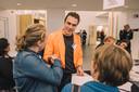 Jeroen Osendarp fungeert als hoekman-in-het-oranje voorAgNova Architecten. Het Matchpointbestuurslid schudt de hand met Linda van Westerlaak van Ska kinderopvang.