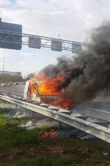 Busje vat vlam op A15 bij Alblasserdam