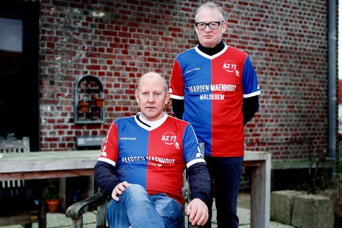 Geert Troch en Luc De Baets poseren in het shirt van AZ'77 Maldegem. Ettelijke profspelers genoten in hun jeugd van de minivoetbalschool van die Maldegemse vereniging.